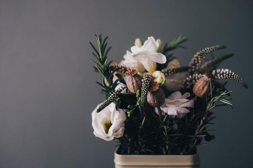 ¿Qué diferencia hay entre un centro y una corona funeraria?