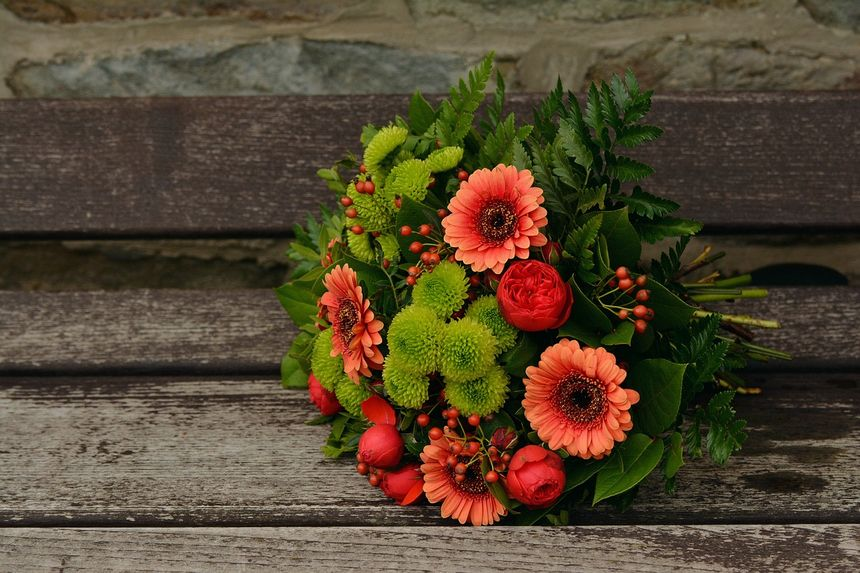¿Flores artificiales o naturales para un funeral?
