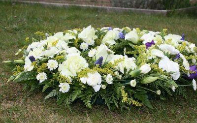 ¿Qué flores envío a un funeral civil no religioso?
